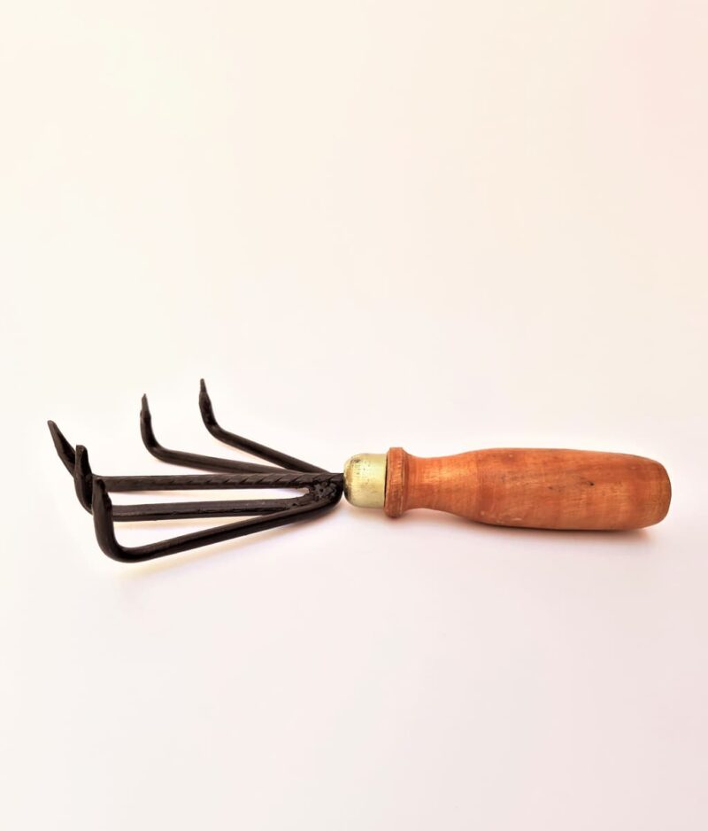 5-Prong-wooden-Hand-Cultivator-Peppyflora-Product-01-c-moz